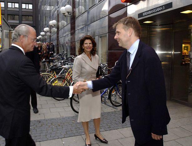 Fredriksson erosi joulukuussa Tukholman kaupunginteatterin johtajan tehtävistään. Kuvassa hän toivotti kuningas Kaarle Kustaan ja kuningatar Silvian tervetulleeksi teatteriin vuonna 2004.