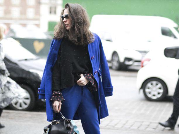 Sähkönsiniset takki ja housut muodostavat kiinnostavan kokoasun.