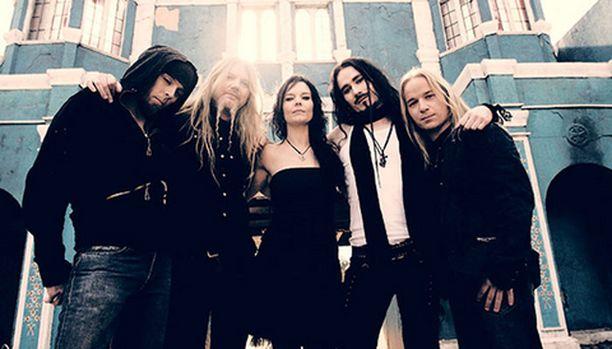 """Monet Nightwish-fanit epäilevät, pysyykö bändi pinnalla Anette Olzonin """"tusinaäänen"""" avulla."""