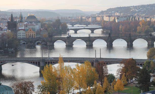 Lokakuun ruskaa ja Vltava-joki siltoineen.
