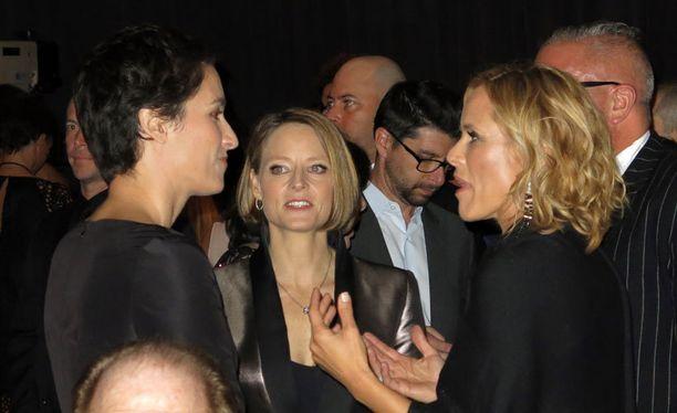 Pariskunta edusti yhdessä taidetapahtumassa viime vuoden lopulla. Oikealla näyttelijä Maria Bello.