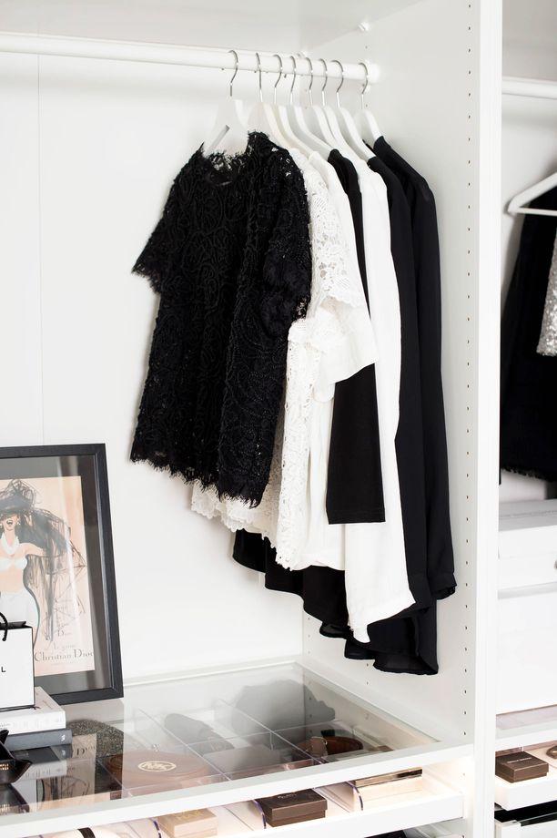 Heidi Korhosen klassisen mustavalkoinen tyyli on omiaan pitämään vaatehuoneen yleisilmeen selkeänä ja kauniina.