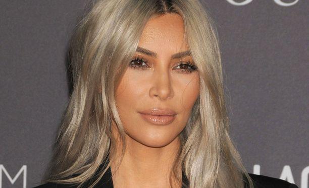 Kim Kardashian poisti kaikki kommentit julkaisemansa kuvan alta.