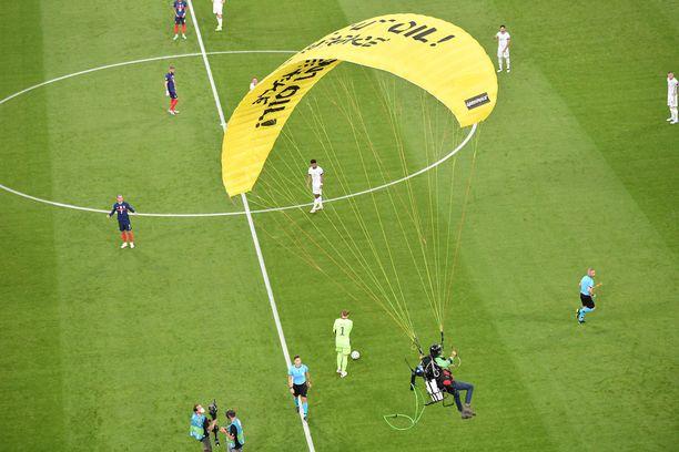 Greenpeace-järjestön aktivisti laskeutui Allianz Arenalle Munchenissä 15. kesäkuuta.