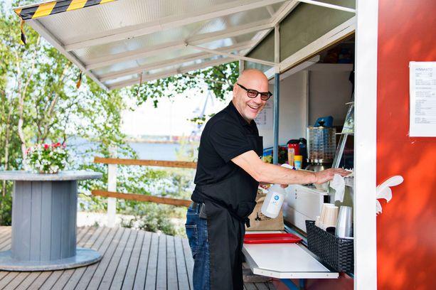Hakala tarjoili kahvia ja kylkiäisiä myyntikojusta viime kesänä.