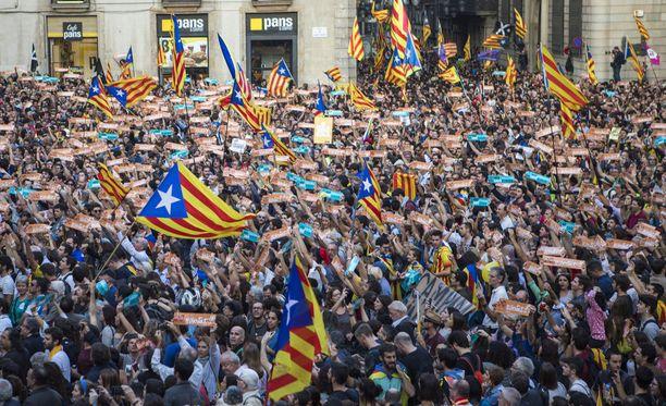Barcelonassa tuhannet ihmiset marssivat kaduilla lauantaina itsenäistymisjulistusta juhlistaen.
