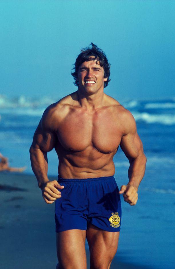 Nuori Arnold Schwarzenegger läpimurtonsa kynnyksellä vuonna 1976. Iso-Arska on myöntänyt käyttäneensä anabolisia steroideja uransa alussa.