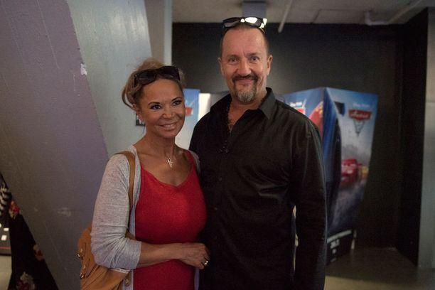 Olli Saarela esitteli rakkaansa tiistaina Miami-elokuvan ensi-illassa.