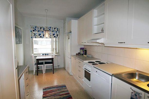 Asunnossa on parveke ja tilava keittiö.
