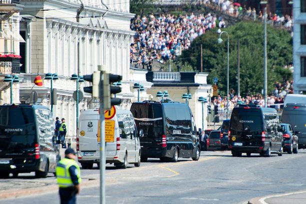 Suuret autosaattueet turvasivat Trumpin ja Putinin saapumista Presidentinlinnaan.