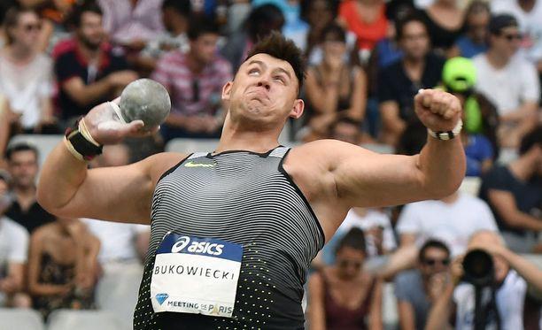 Konrad Bukowieckia uhkaa MM-kullan ja maailmanennätyksen menetys.