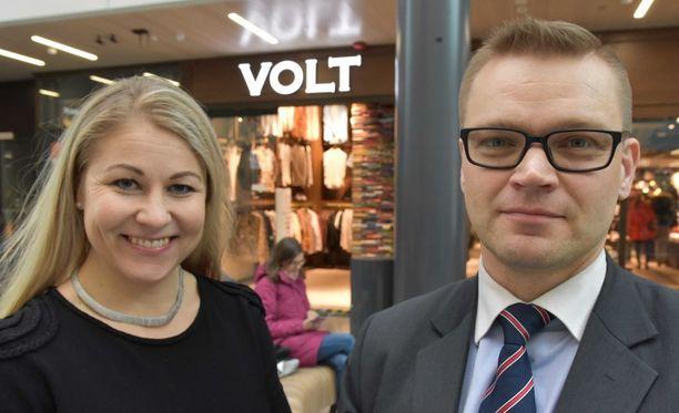 Kansalaispuolueen Piia Kattelus ja Sami Kilpeläinen Oulussa.