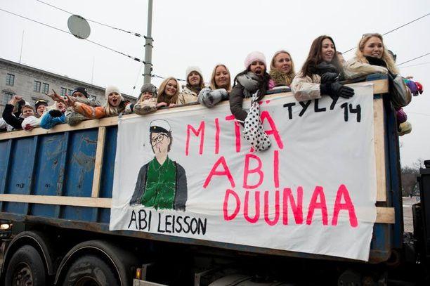 Helsingin abilakanoissa nähtiin Putous-hahmoista myös ainakin Jäbä Leissonia.