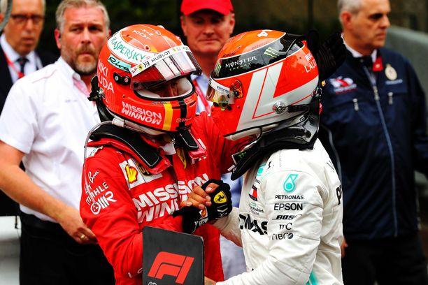 Sebastian Vettel (vas.) on tällä kaudella joutunut onnittelemaan Lewis Hamiltonia.