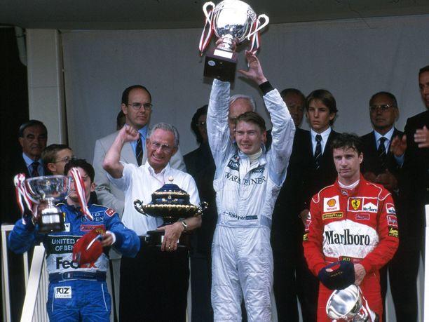 Mika Häkkinen juhli Monacon GP:n voittoa 1998. Giancarlo Fisichella (vas.) oli toinen ja Eddie Irvine (oik.) kolmas.