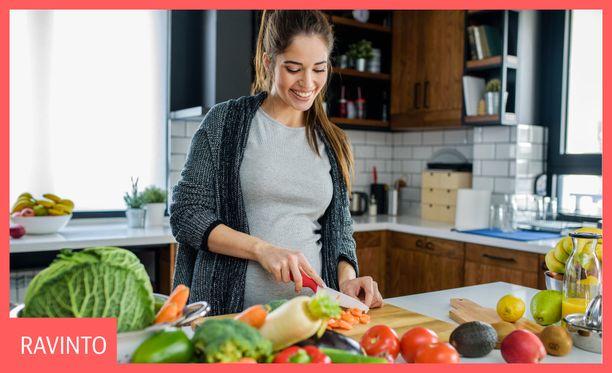 Suomalaiset naiset syövät tutkimusten mukaan terveellisemmin kuin miehet. Naisilla tavataan kuitenkin miehiä useammin raudan ja folaatin puutosta, mikä voi johtua naisten suuremmista saantisuosituksista.