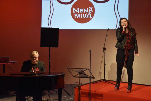 Laulaja Diandra musisoi Esa Niemisen kanssa.
