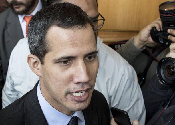 Venezuelan presidentiksi 23. tammikuuta julistautunut Juan Guaidó on asetettu matkustuskieltoon ja hänen pankkitilinsä on suljettu.