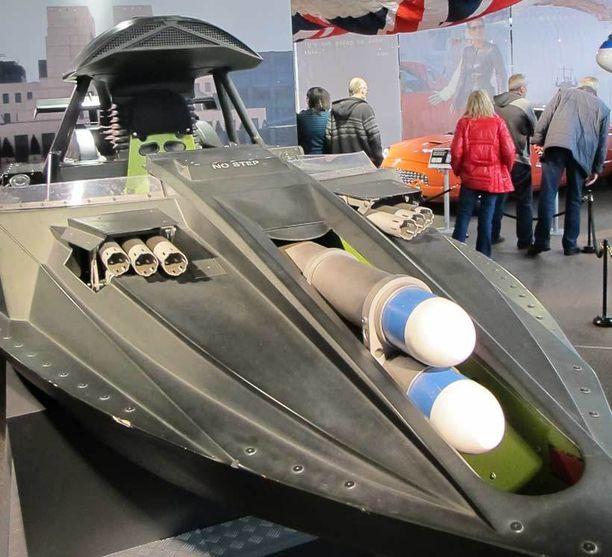 Bondin veneissä on varustelua. Tässä on keulassa torpedot ja perätuhdolla pienoismerimiinat.
