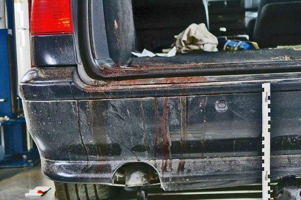 Uhrin autosta löytyneet verijäljet olivat huomattavia. Kuva poliisin esitutkintamateriaalista.