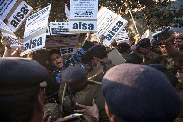 Opiskelijajärjestö AISA osoitti mieltään poliisiaseman edustalla Delhissä sunnuntaina. Kylteillä vaadittiin viranomaisia vastaamaan, miksi Uberia ei vaadita noudattamaan kuskien lisensointi- ja turvallisuussääntöjä.