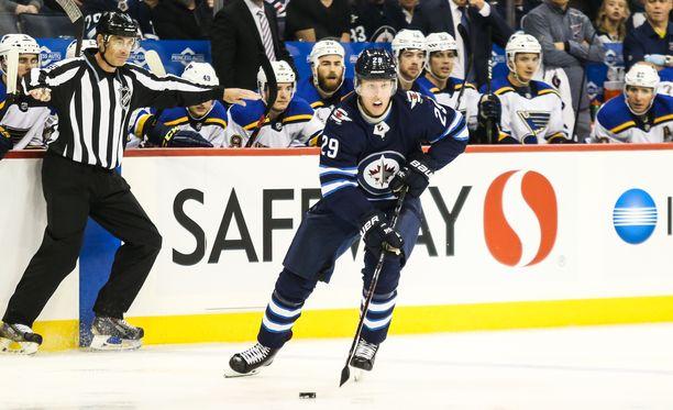 Winnipeg Jetsin Patrik Laine pelasi jo St. Louis Bluesia vastaan hetken joukkueensa ykkösketjussa. Keskiviikkona Laine jatkaa Mark Scheifelen ja Blake Wheelerin rinnalla.