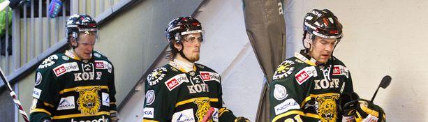 Ville Korhonen, Markus Västilä ja Arto Tukio kävelivät jäältä hävinneinä.