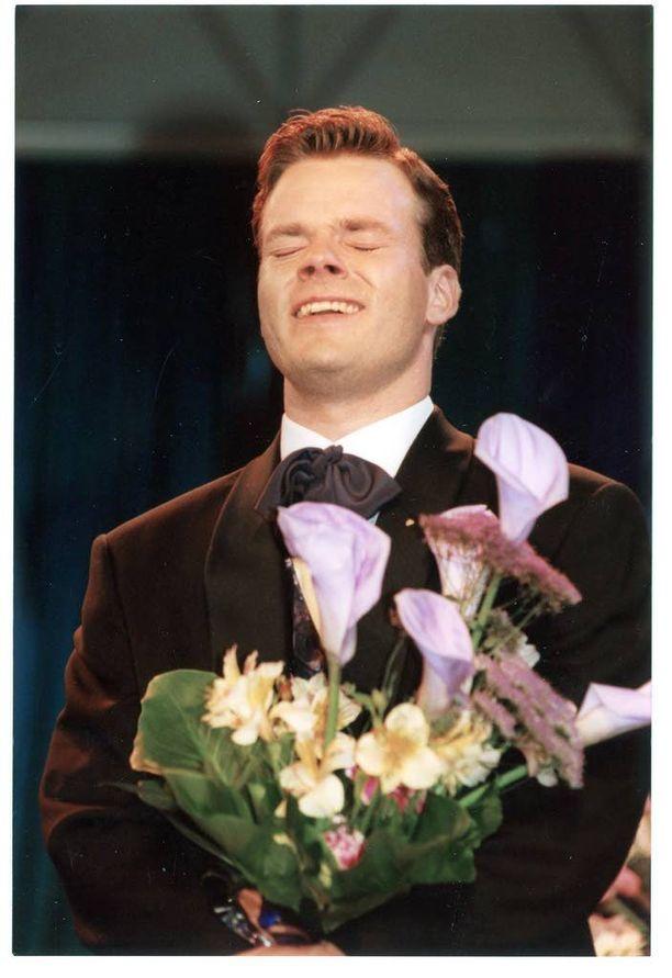 Vain hetkeä aiemmin Jari Sillanpää sai kuulla olevansa vuoden 1995 tangokuningas. Pian radiossa soi hänen ensimmäinen hittinsä, Jukka Kuoppamäen käsialaa oleva Satulinna.