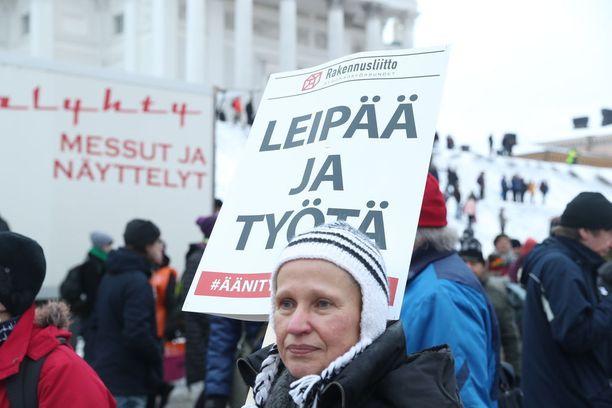 Mielenosoittajat vastustivat työttömyysturvan aktiivimallia mielenosoituksessa Helsingin Senaatintorilla helmikuun alussa. KUVA: PETTERI PAALASMAA/KL.