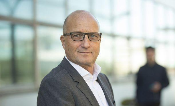 Toimitusjohtaja Olli Isotalo kommentoi suomalaismiehen tapausta tiedotustilaisuudessa.