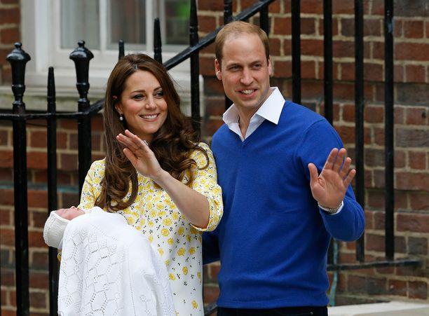 Onnelliset vanhemmat olivat yhtä hymyä, kun he veivät perheen tuoreen tulokkaan kotiin Kensingtonin palatsiin.