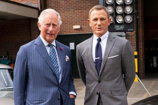 Pukumiehet prinssi Charles ja Daniel Craig intoutuivat yhteiskuvaan.