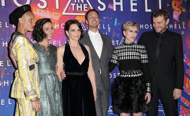 Elokuvan työryhmä poseerasi Pariisin ensi-illassa.