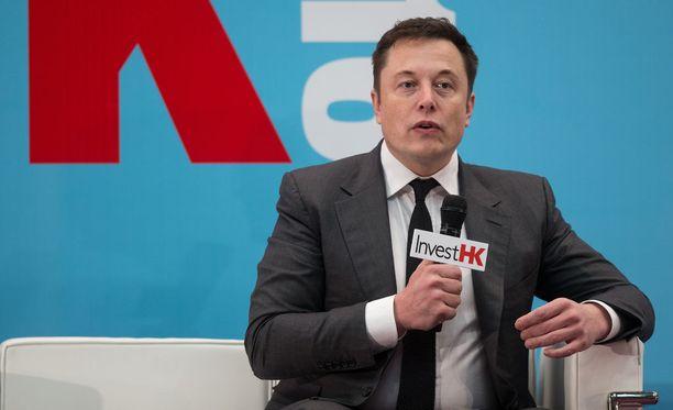 Elon Musk tunnetaan muun muassa Tesla ja Space X -yritysten toimitusjohtajana. Hänellä on yli 22 miljoonaa Twitter-seuraajaa.
