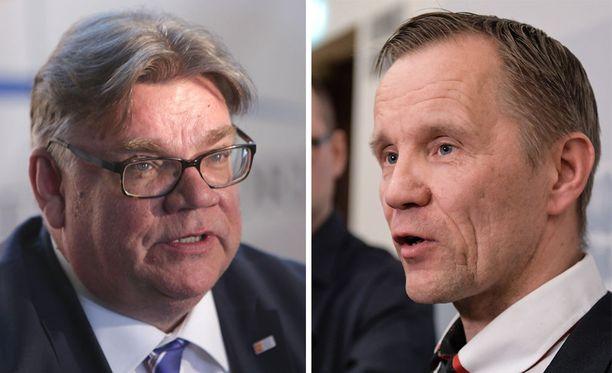 Ulkoministeri Timo Soini ja muut Sininen tulevaisuus -puolueen ex-perussuomalaiset saavat huutia kansanedustaja Mika Niikolta.