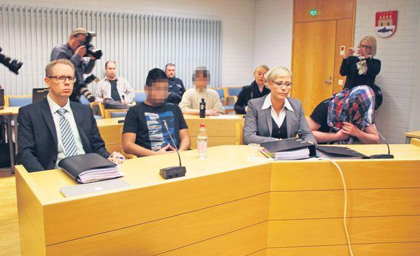 Syyttäjä vaatii kahdelle 17-vuotiaalle pojalle 12 vuoden rangaistusta ohjaajan murhasta ja törkeästä ryöstöstä heinäkuussa. Kolmannen epäillään osallistuneen valmisteluun.