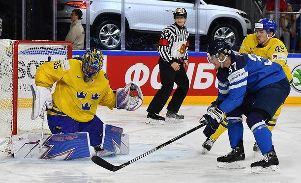 Mika Pyörälä ei onnistunut ohittamaan Henrik Lundqvistia.