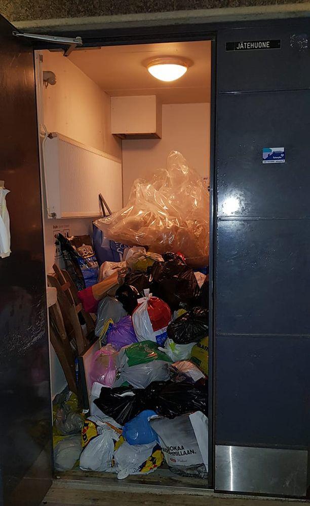 Vuosaarelaisen taloyhtiön jätehuoneessa tursusi roskaa lähes lattiasta kattoon.