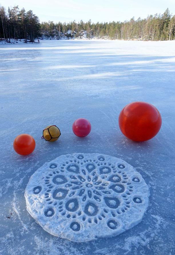 Tämän piirroksen pohjaksi Pyykkö toi pulkalla lunta järven jäälle.
