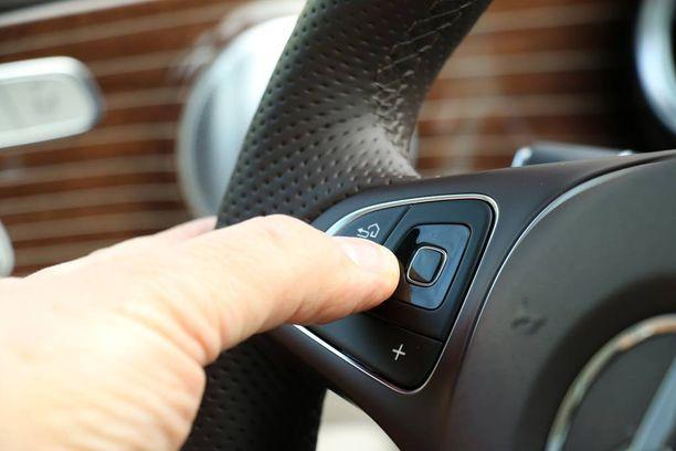Monia toimintoja hallitaan ohjauspyörän pienen kosketuspainikkeen kautta.