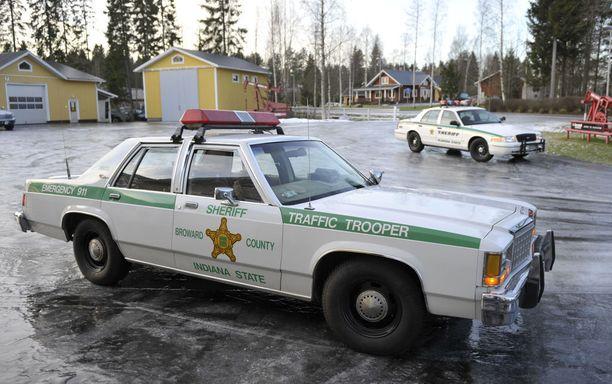 Pariskunta ajaa sheriffiautolla maanantaina Helsinkiin.