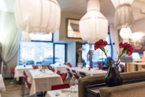 Ravintola Demon pöydissä on aina punaiset neilikat.