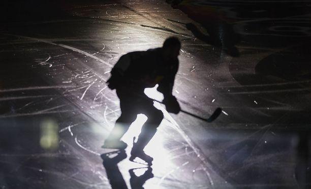 Ruotsalainen jääkiekkotähti saa pahimmillaan syytteen kuolemantuottamuksesta. Kuvituskuvan pelaaja ei liity tapaukseen.