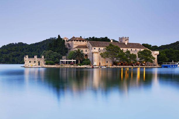 Mljetin saarelle voi tehdä päiväretken Dubronikista. Kuvan luostari löytyy saarella sijaitsevalta järveltä.