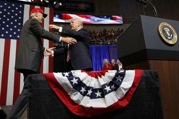 Donald Trump syleili Richard Strangea syyskuussa neljä päivää ennen kuin Strange hävisi republikaanien esivaalin.