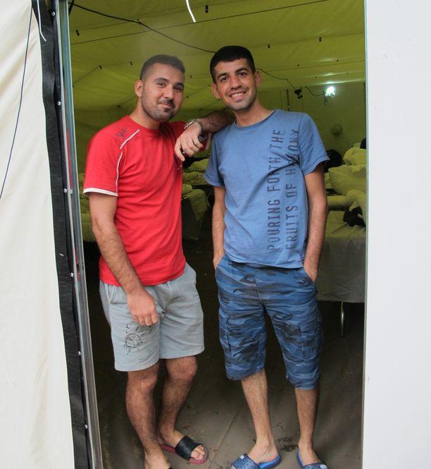 """""""Nukuimme kuin kuolleet"""", sanovat irakilaiset Ali Talib ja Salwan Albavode yöstään SPR:n telttamajoituksessa Turun SPR:n Vastaanottokeskuksen pihassa."""
