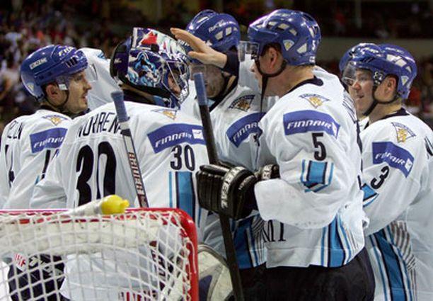 LISÄÄ TÄTÄ! Suomen joukkue onnittelee nollan pitänyttä Fredrik Norrenaa.