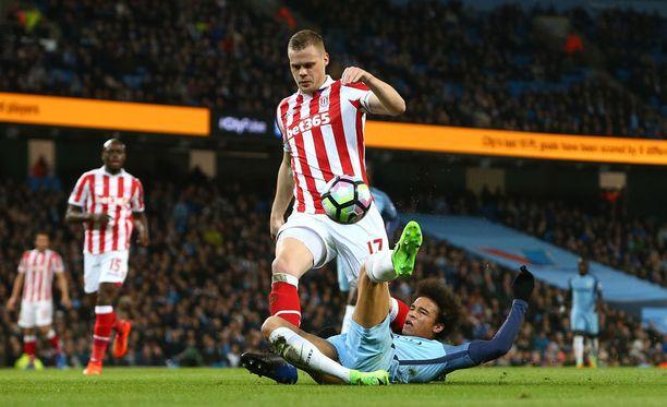 Manchester Cityn Leroy Sane jäi Stoken Ryan Shawcrossin jalkoihin.