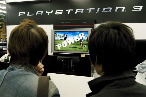 Nuoret japanilaiset pelasivat Playstation 3:n videopelejä Tokiossa. (Kuvituskuva)