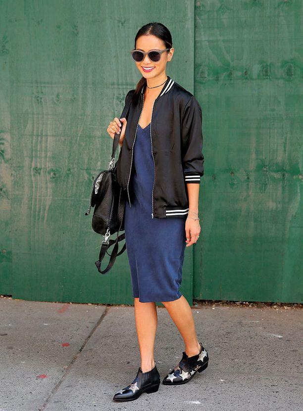 Kenkävalinta on slip dressin kanssa vapaa: myös bootsit käyvät.